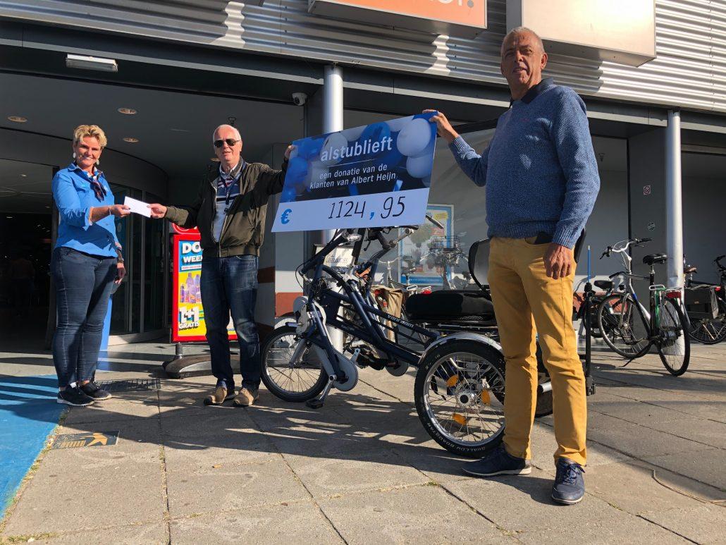 Jan van Egdom en Teun Brouwer nemen de donatie in ontvangst.