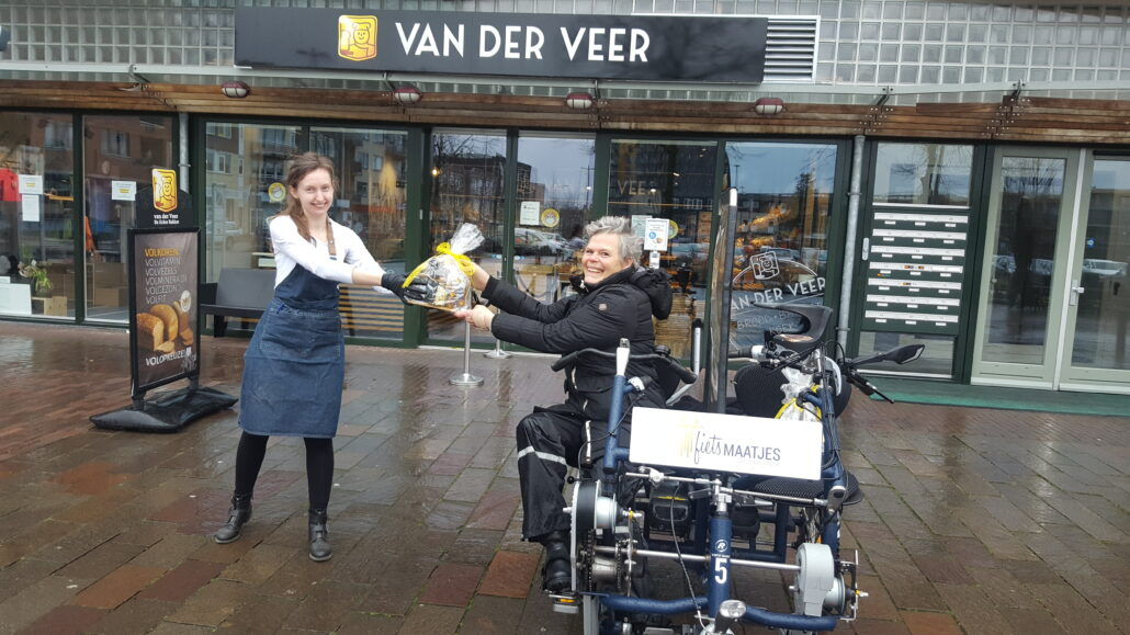 Grada en Jolanda ontvangen hun gewonnen high tea van bakker Van Der Veer